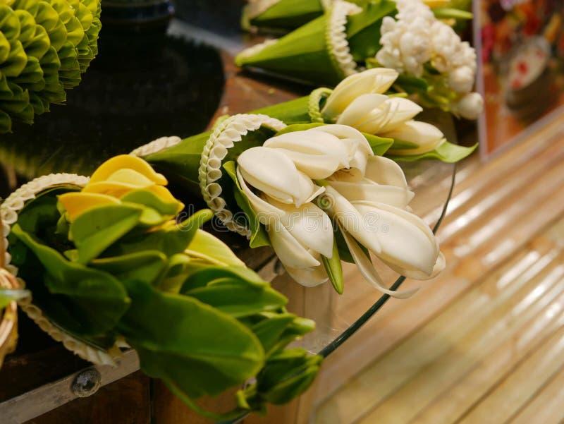 花在香蕉叶子锥体-泰国样式花介绍包裹了常见在地方仪式品种  图库摄影