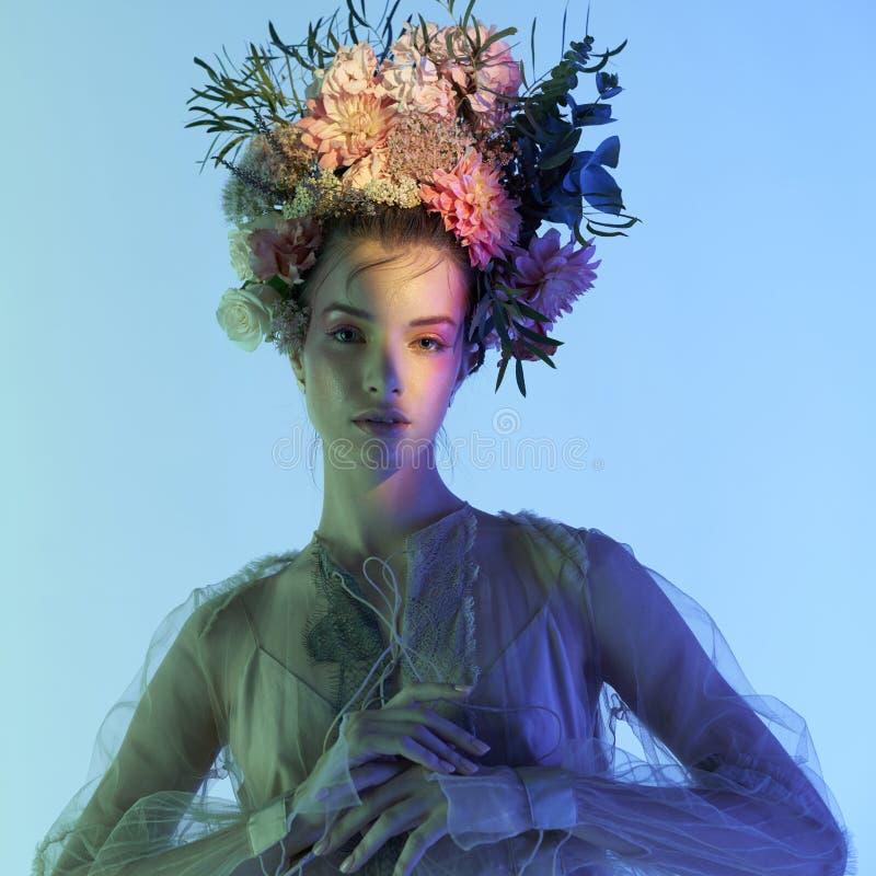 花坛美女的时装艺术照 免版税库存图片
