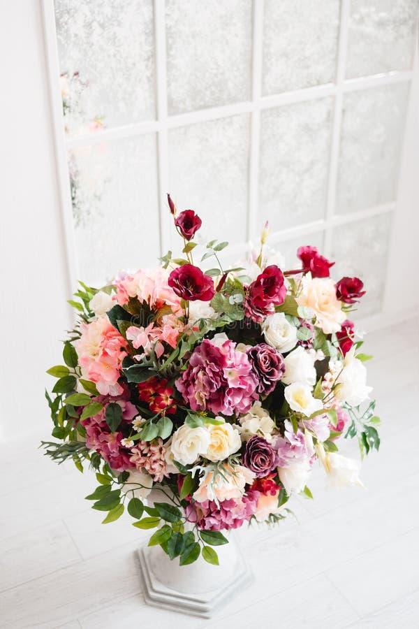 花壮观的花束在白色花瓶的 免版税库存照片