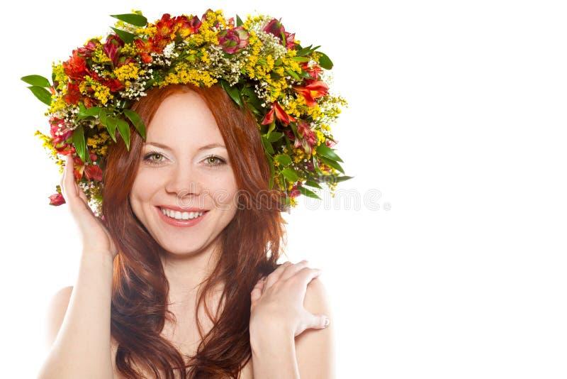 花头发的愉快的顶头红色妇女花圈 免版税库存图片