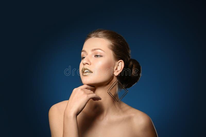 花姑娘画象有金唇膏的 免版税库存照片