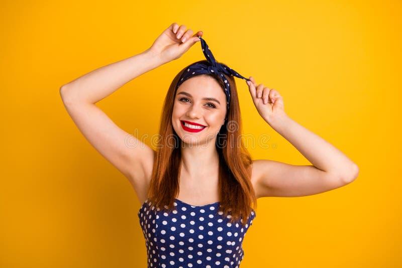 花姑娘红色口红固定头发照片佩带偶然被加点的坦克头等的礼服头饰带被隔绝的生动的黄色 库存照片