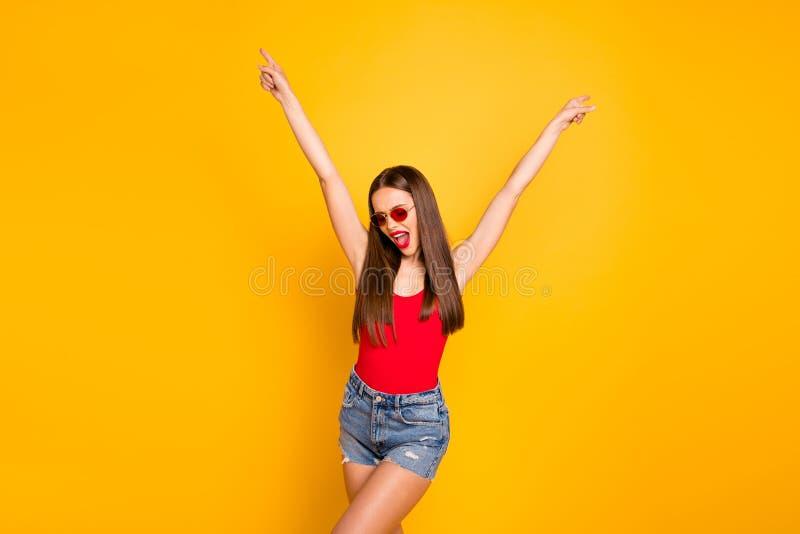 花姑娘肥满明亮的嘴唇接近的照片狂喜手培养穿戴太阳specs红色身体的幼稚人 免版税库存照片