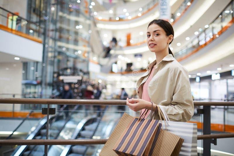 花姑娘shopaholic在购物中心 免版税库存照片