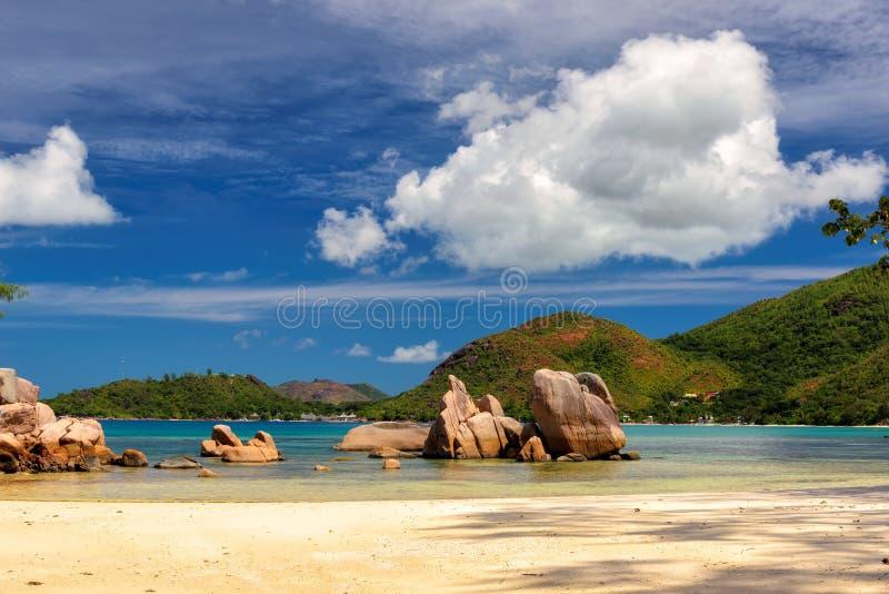 花岗岩在海滩,塞舌尔群岛晃动 免版税库存图片