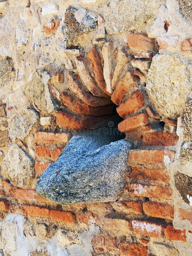 花岗岩在老墙壁,西班牙的流失出口 库存照片