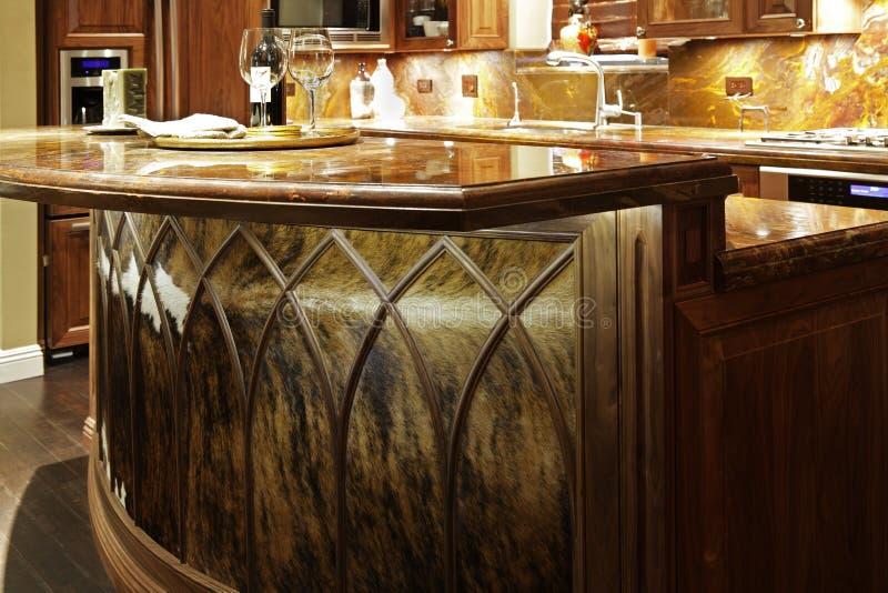 花岗岩桌面和木厨房家具。 免版税图库摄影