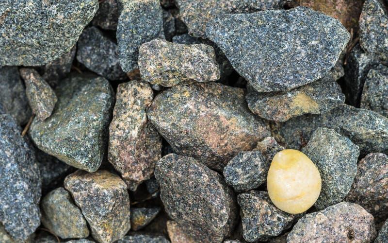 花岗岩石头和琥珀 免版税库存照片