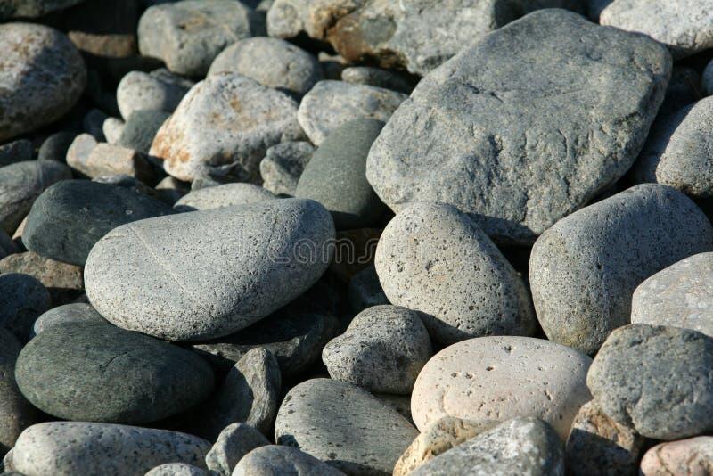 花岗岩被舍入的海洋小卵石 免版税库存照片