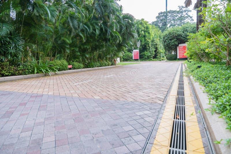 花岗岩铺磁砖不对称的走道样式自然走道 免版税库存图片