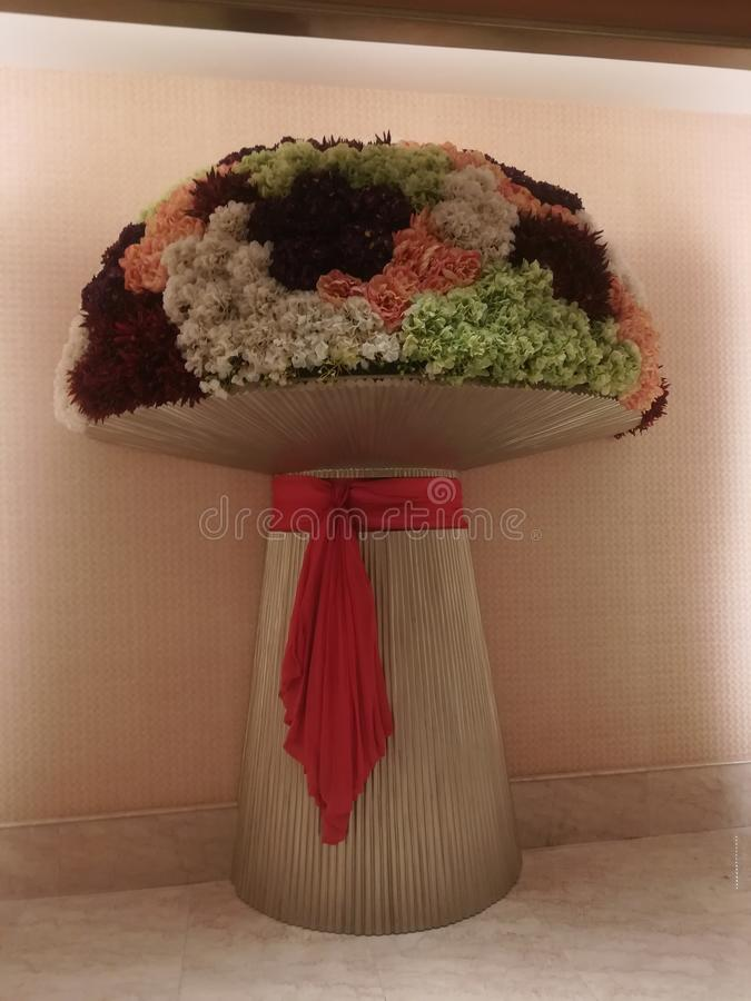 花巨型花束在红色丝带的 库存照片