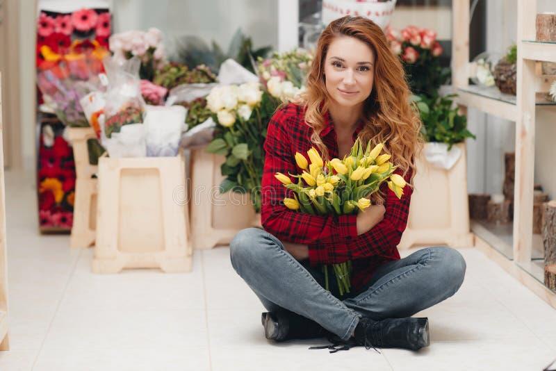 花店的美丽的女性卖花人 库存图片