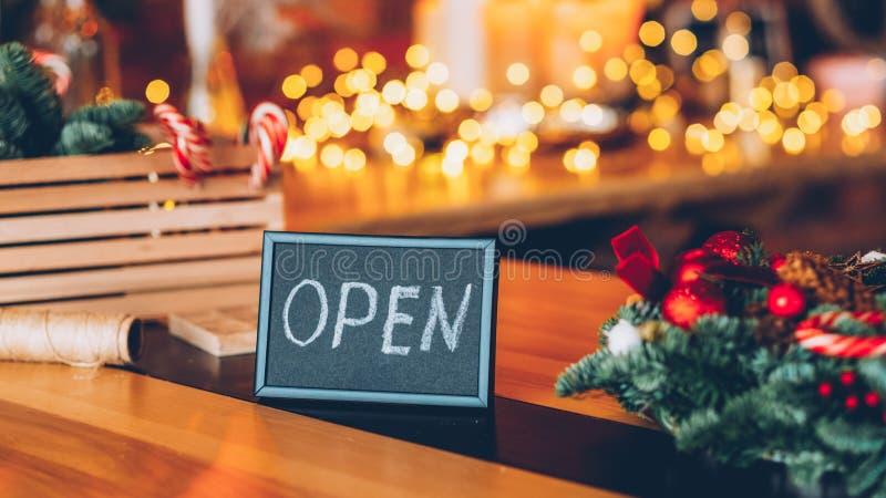 花店车间圣诞装饰欢迎标志 库存照片