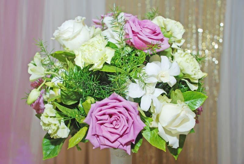 花接收玫瑰色婚礼 免版税库存图片
