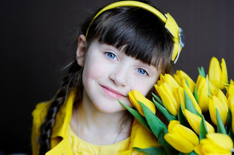 花束儿童女孩晴朗的郁金香黄色 库存图片
