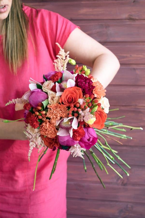 花束在女孩的手上红色的 库存照片