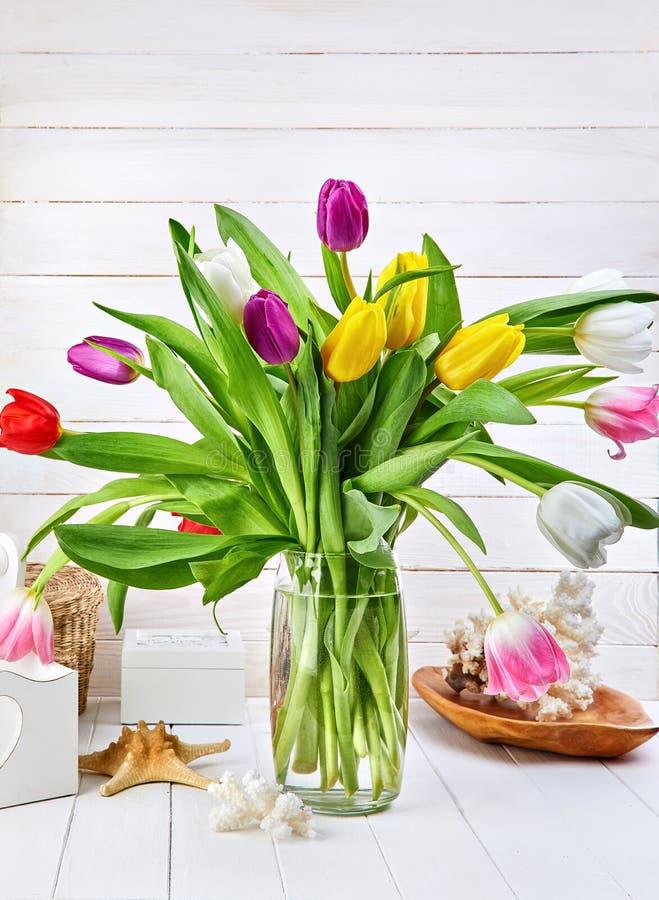 花束在白色木板的春天郁金香 免版税库存照片