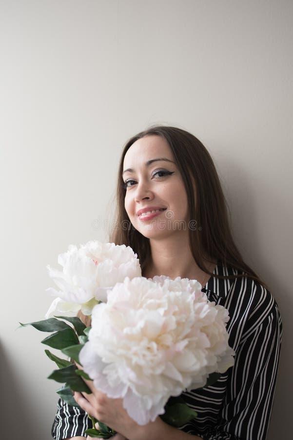花束女孩微笑 图库摄影