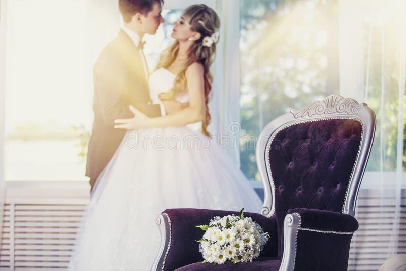 花束婚礼开花在一把豪华椅子的雏菊 免版税库存图片