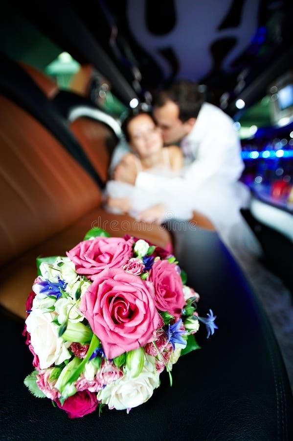 花束开花大型高级轿车婚礼 库存图片