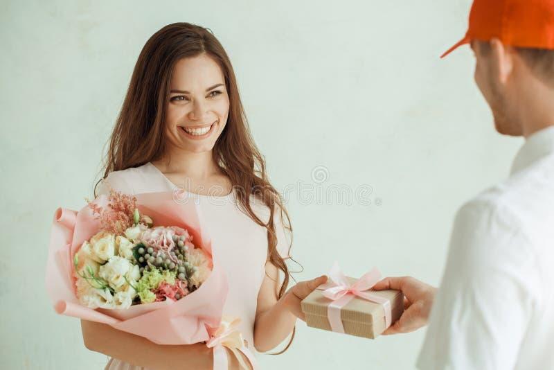 花束开花妇女年轻人 免版税库存照片