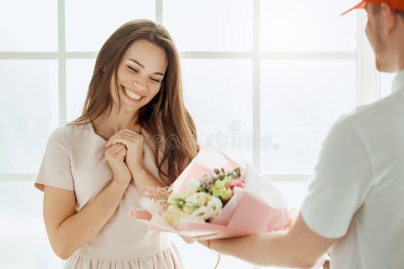 花束开花妇女年轻人 图库摄影