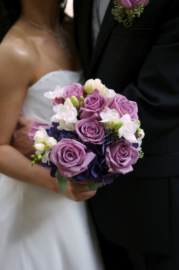 花束新娘修饰她的藏品 库存照片