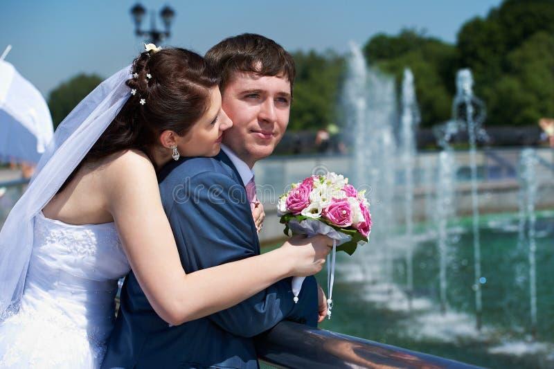 花束新娘新郎愉快的结构婚礼 库存图片