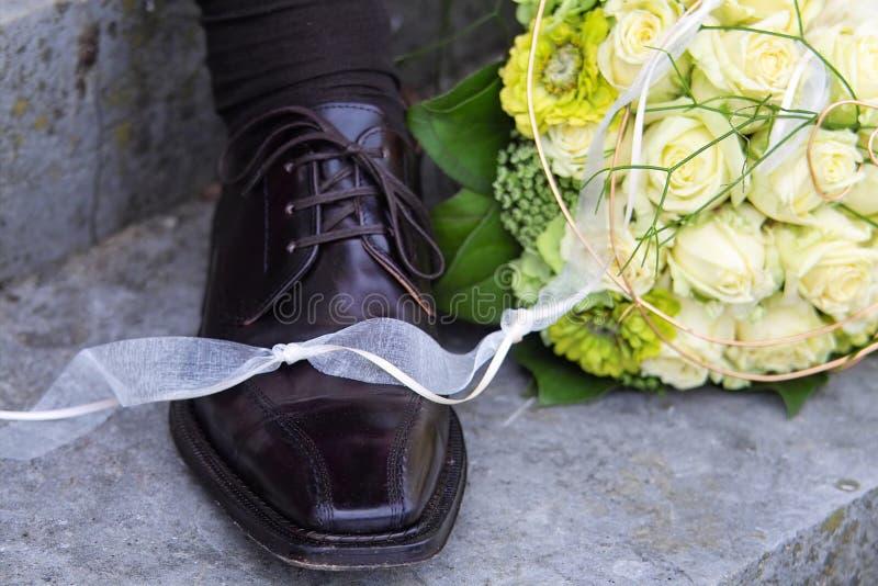 花束新娘新郎s鞋子 库存图片