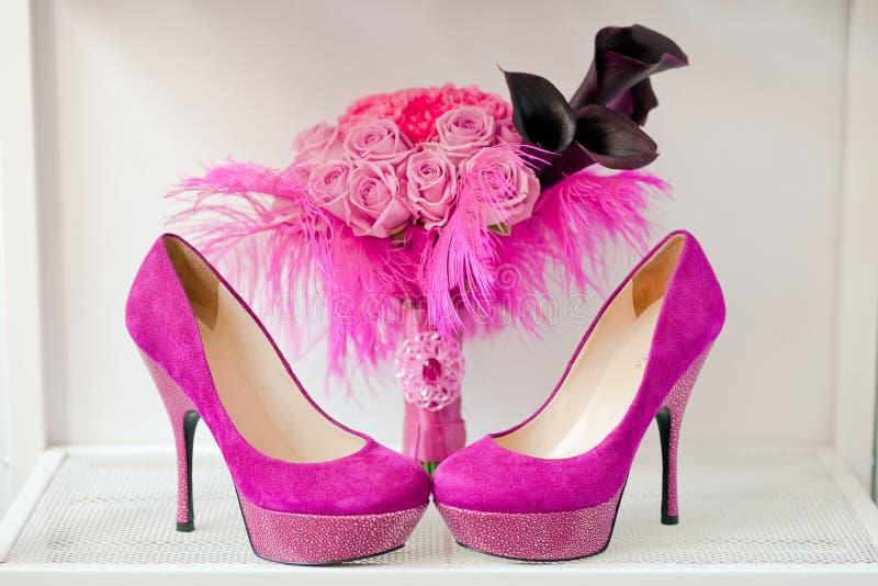 花束新娘桃红色玫瑰鞋子 免版税库存照片