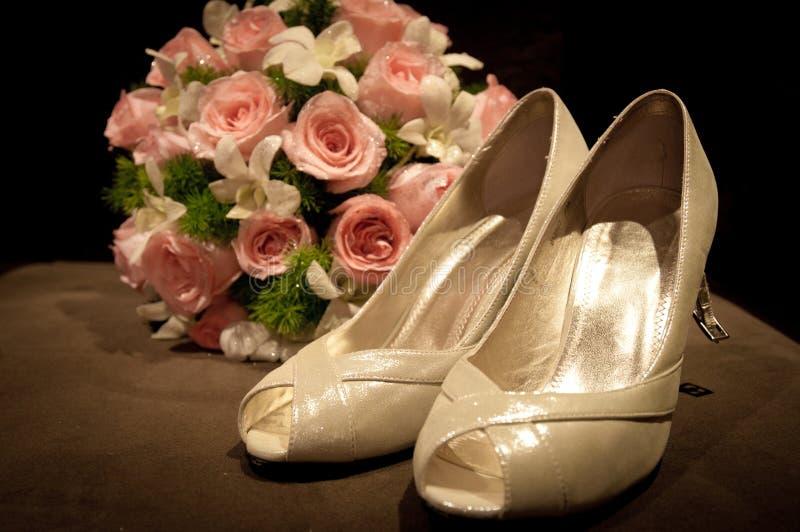 花束新娘鞋子 库存照片