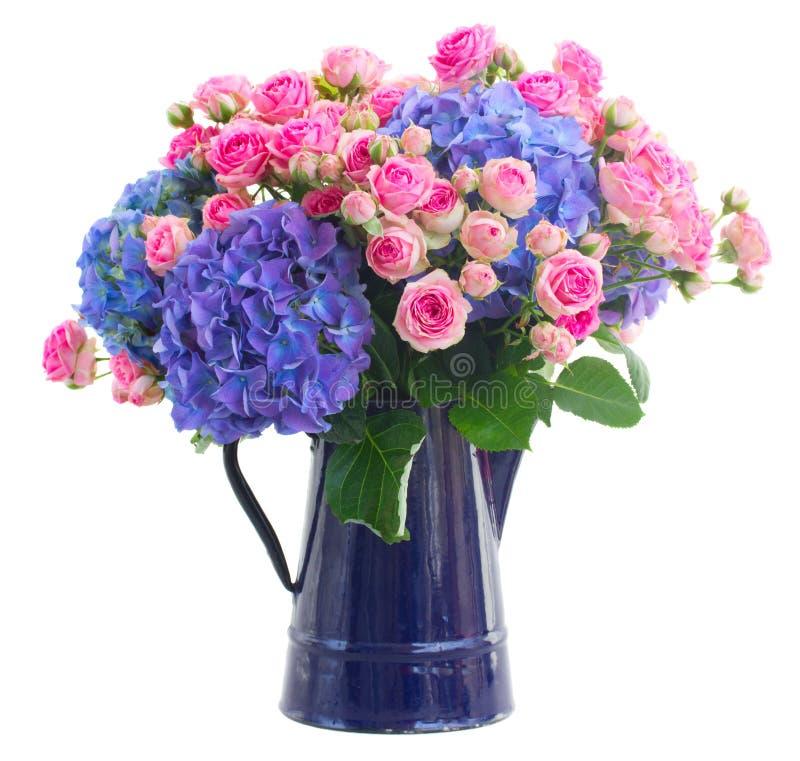 花束新鲜的桃红色玫瑰和蓝色霍滕西亚花 免版税库存图片