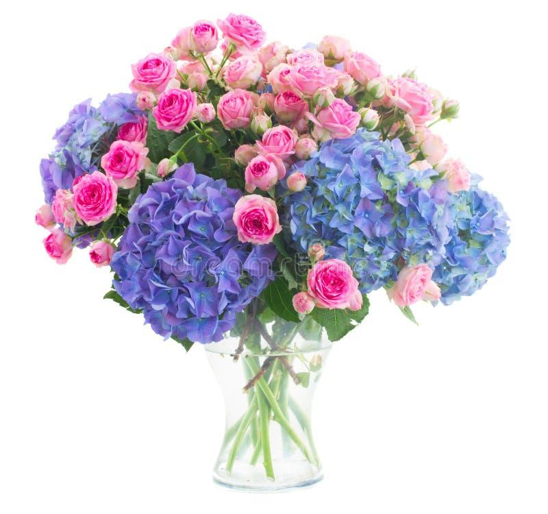 花束新鲜的桃红色玫瑰和蓝色霍滕西亚花 免版税库存照片
