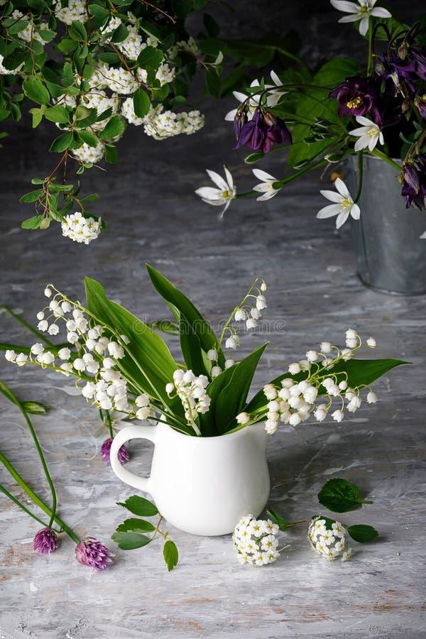 花束春白百合 库存图片