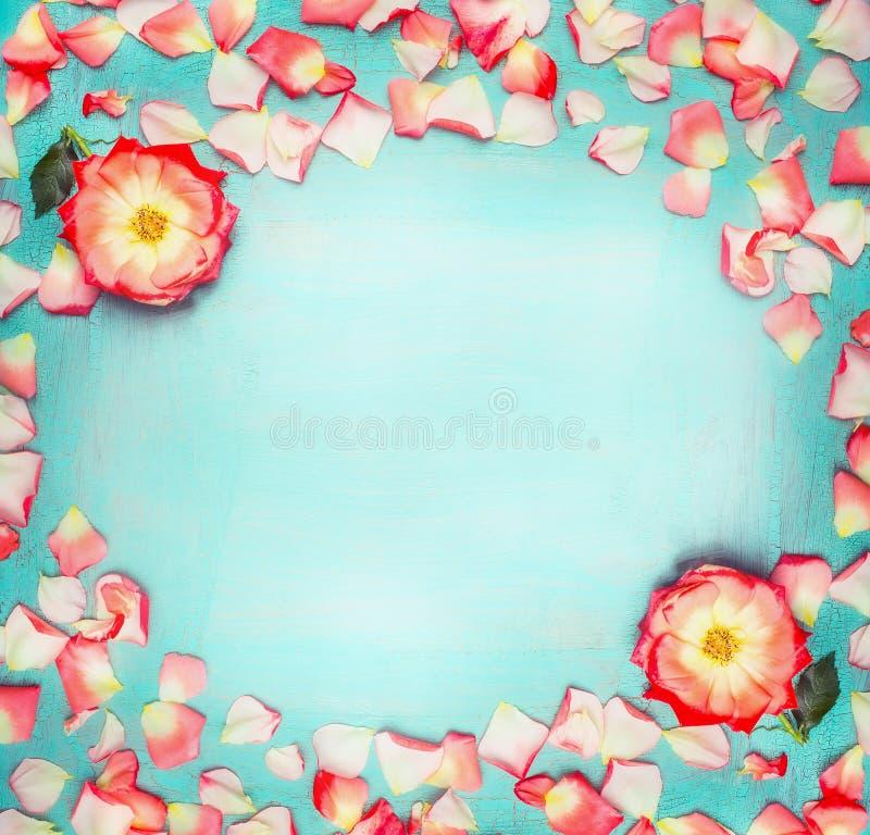 花构筑与玫瑰和瓣在土耳其玉色破旧的别致的背景,顶视图 免版税库存照片