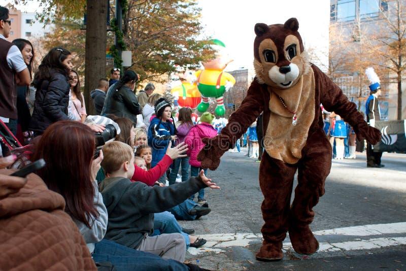 花栗鼠字符招待人群在亚特兰大圣诞节游行 免版税库存照片