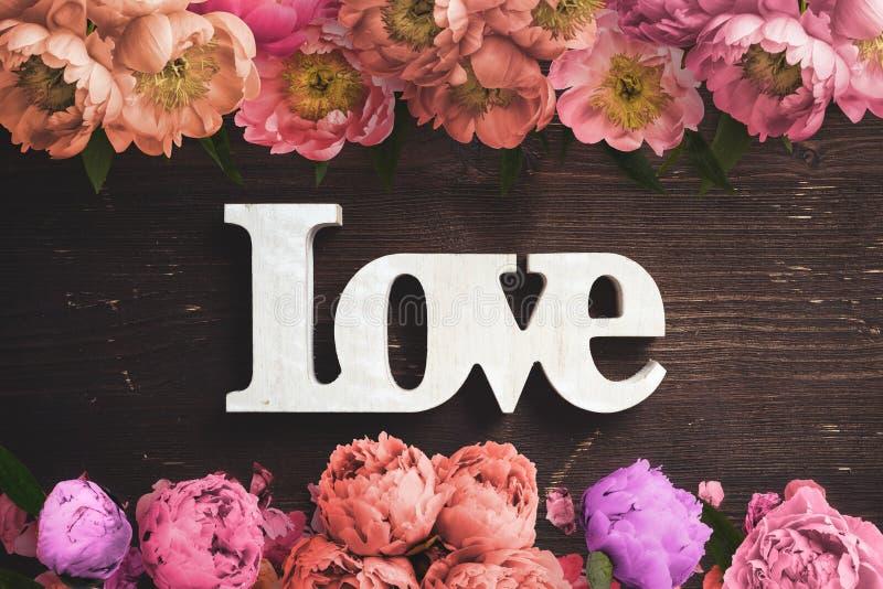 花框架在木背景的和词`爱` 免版税库存照片