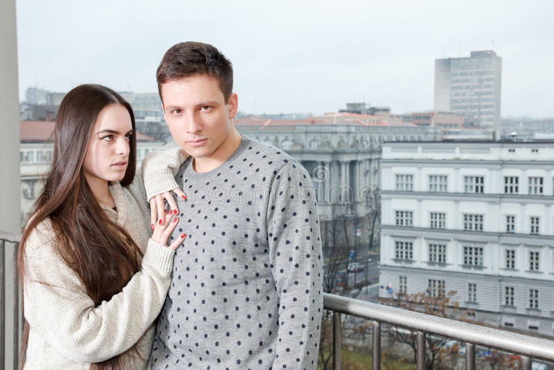 花梢女性和男性,大阳台的恋人 时尚生活方式phot 免版税库存图片