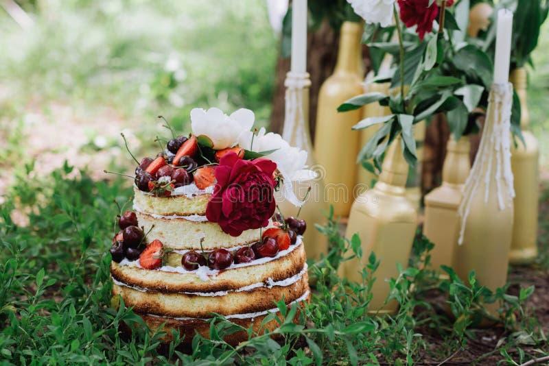 花梢婚礼果子蛋糕 顶视图 户外可口果子板材 免版税库存图片