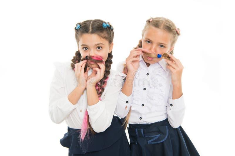 花梢样式 有辫子的女孩准备好学校 学校时尚概念 学校友谊 在同样波浪 免版税图库摄影