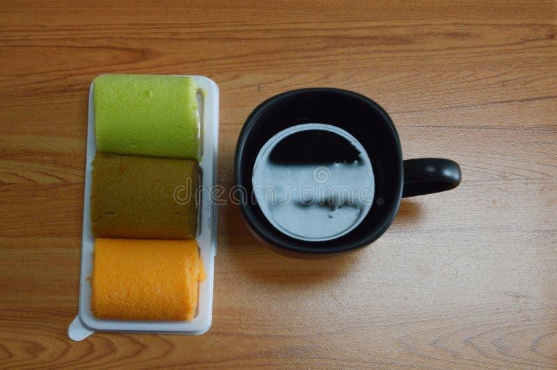 花梢蛋糕卷和无奶咖啡 免版税图库摄影