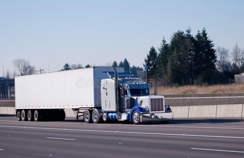 花梢经典chromy明亮的蓝色发光的半卡车大船具 免版税图库摄影