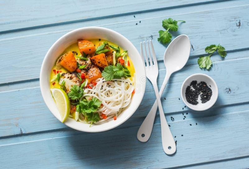 花椰菜南瓜咖喱汁用在木蓝色背景,顶视图的米线 亚洲样式 库存照片