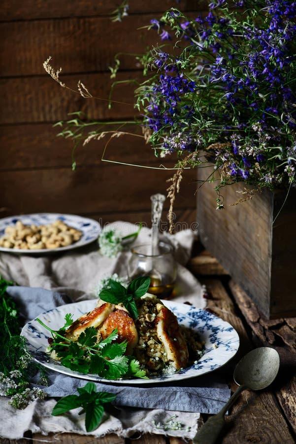 花椰菜和哈罗米芝士沙拉 库存图片