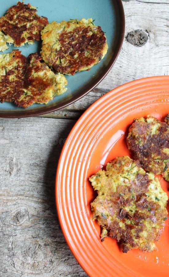 花椰菜和硬花甘蓝薄煎饼板材在木表上的 免版税图库摄影