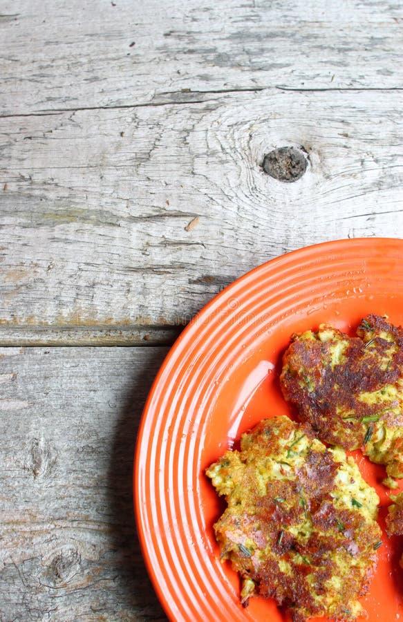 花椰菜和硬花甘蓝薄煎饼橙色板材  免版税图库摄影