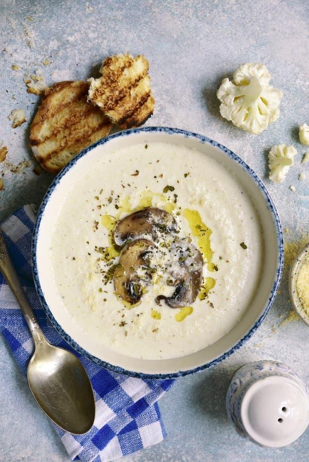 花椰菜汤用蘑菇 顶视图 库存照片