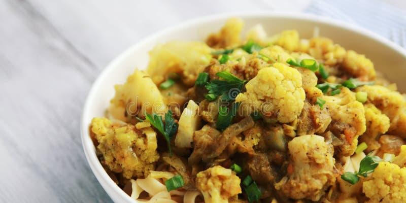 花椰菜炖煮的食物用咖喱 素食烹调 免版税库存图片