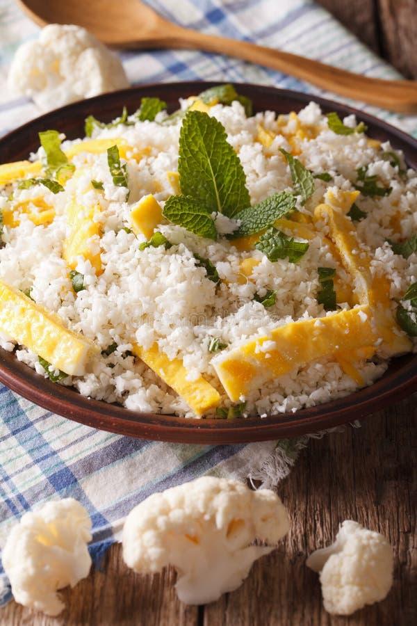 花椰菜米用鸡蛋和薄菏paleo特写镜头的 垂直 库存图片