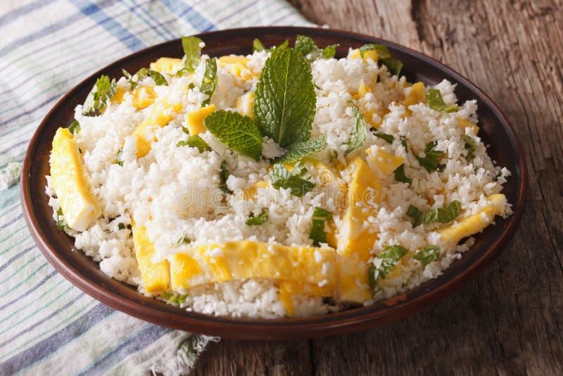 花椰菜米用鸡蛋和薄菏paleo特写镜头的 horizonta 免版税库存照片